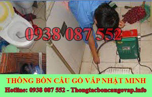 Thợ Thông Tắc Bồn Cầu Đang Dùng Máy Lò Xo Thông Tắc Quận Gò Vấp.